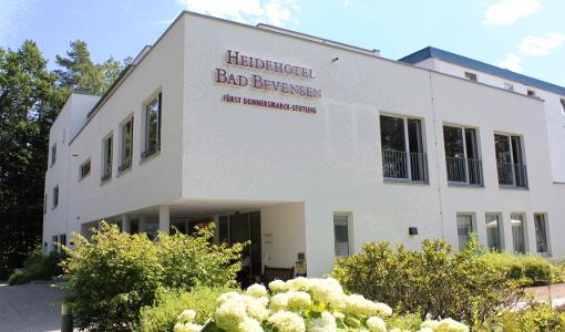 Heidehotel Bad Bevensen von außen mit Schriftzug der Donnersmarck-Stiftung