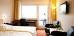 Blick in ein Doppelzimmer mit Balkon