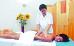 Massage in einem Raum für Kuranwendungen