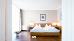 Blick in den Schlafbereich eines Gästezimmers