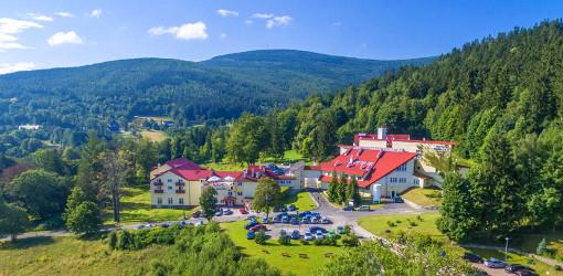 Klinika Młodości Bad Schwarzbach in der Berglandschaft