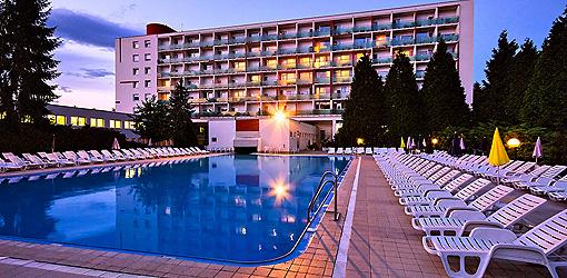 Kurhotel Rubín mit Außenpool, abends