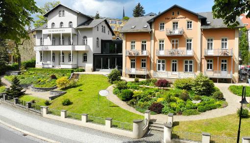 Das Hotel Vier Jahreszeiten (orange Fassage) , links daneben die Pension Marienbrunnen