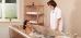 Frau in einer Badewanne der Balneoabteilung mit Therapeutin