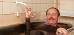 Mann genießt Moorbad