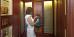 Frau zapft Kirchenquellwasser im Haus Dr. Adler