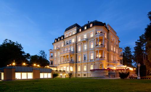 Das Franzensbader Kurhotel Imperial am Abend