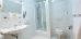 Das Bad verfügt über eine Dusche, die nicht ebenerdig ist, Zustieg in Stufenhöhe