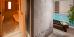 Blick zur Sauna, seitlich des und nahe dem Schwimmbecken