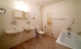 Bad eines Doppelzimmers der Komfort-Kategorie mit Wanne und Duschkopf