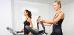 2 Frauen an Fitnessgeräten