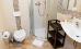 modernes Bad mit Dusche (kleine Schwelle, nicht barrierefrei)