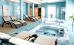 Relaxzone mit Liegen und Whirlpools