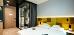 Doppelzimmer mit Blick zur verglasten Bad-Kabine, mit Vorhängen zuziehbar