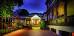Abends beleuchteter Eingang zum Vitalhotel