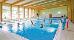 Im Schwimmbecken Vorbereitung zur Wassergymnastik