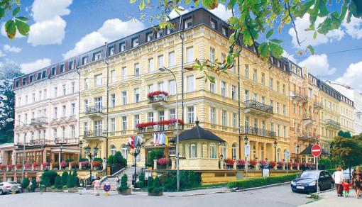 Kurhotel Kriváň und links daneben das Haus Slovan