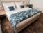 Blick zu einem Doppelbett