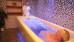 Kurgast bekommt ein Wannenbad mit Therapeutin