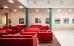 Lobby-Atrium: roter Sitzbereich