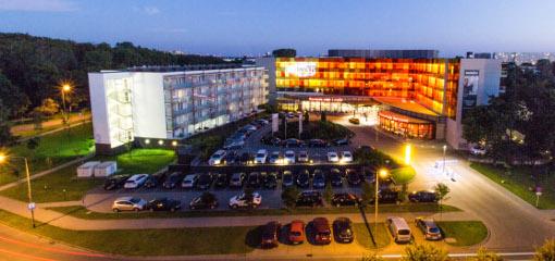 Hotel Aquarius Spa beleuchtet während der Abenddämmerung