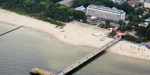 Seebrücke aus der Vogelperspektive mit dem Hotel Bałtyk (Haus II [orange] ist in der Mitte, ganz oben, zu sehen.