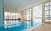 Schwimmbad-Teilansicht von innen zum glasüberdachten Außenbecken