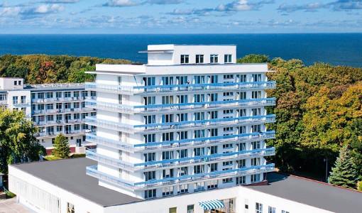 Das Kurhaus Kielczanka befindet sich an der Strandpromenade, im Hintergrund ist die Ostsee zu sehen.