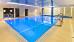 Schwimmbad mit verschiedenen Einstiegen und Druckstrahldüsen