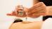 Wellness-Anwendung Hot-stone-Massage mit vorherigem Einölen