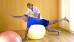 Mann bei Physiotherapie auf dem Gymnastikball