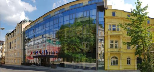 Hochmoderner Eingangsbereich des Grandhotels Nabokov von außen