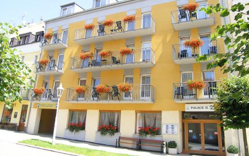 Dependance Palace II, links Einfahrt zum Parkbereich des Kurhotels Palace