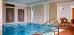 modernes Römisches Bad mit Treppeneinstieg