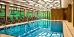 Blick ins Schwimmbad mit Liegstuhlreihe