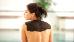 Frau mit Moor auf den Schultern