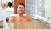 Mann genießt ein Wannenbad
