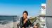 Frau auf dem Balkon mit Seeblick