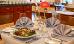 Tisch im Speiseraum mit einem Essen