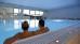Paar beim Candle-light-Schwimmen