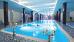 Frau im Schwimmbecken des Hafenhotels