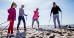 Familie mit Nordic-Walking-Stöcken am Ostseestrand
