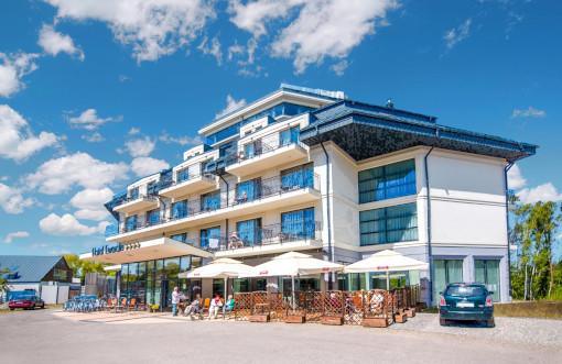 Kleinbus ab/an Haustür vorm Hotel Ewerdin in Swinemünde