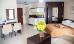 Wohnbeispiel Doppelzimmer mit Doppelbett, Küchenecke und Sitzmöglichkeiten