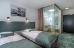 Wohnbeispiel-Doppelzimmer. Duschkabine lässt sich mit Vorhängen zuziehen.