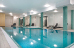 Schwimmbad und Relaxliegen