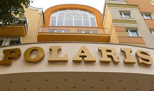 Polaris-Schriftzug über dem Hotel-Eingang