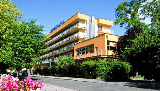 Blick von der Straße aus zum Kurhotel Rybniczanka
