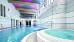 Blick zum Schwimmbad mit Druckstrahldüse, vorne: Whirlpool