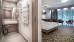 Teilblick in ein Doppelzimmer, linke Bildhälfte: modernes Bad, links Dusche (nicht ganz ebenerdig, kleine Schwelle)